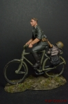 Рядовой на велосипеде